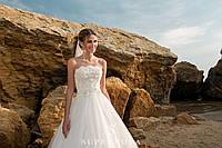 Чудесное свадебное платье с открытыми плечами и пышной юбкой-шлейф