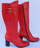 Сапоги красного цвета на каблуке от производителя.