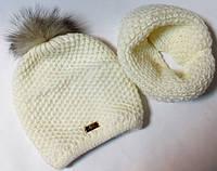 Комплект шапка с песцовым помпоном и снуд молочный