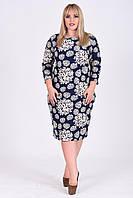 Женское платье-футляр с узорами цветов батал