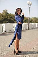 Синее платье со шлейфом из мокрого велюра