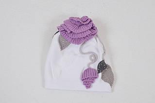 Красочная шапочка с озорным помпоном и нежным декоративным цветком