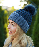 Женская вязаная шапка с помпоном синяя