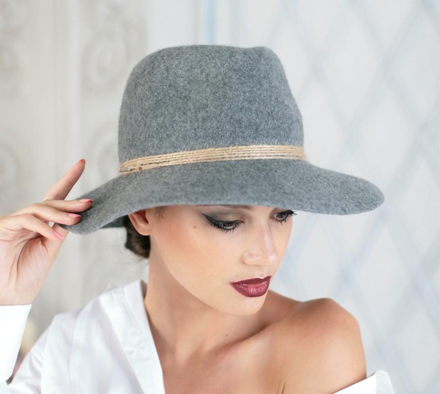 Женская фетровая шляпа мужского стиля цвет светло серый поля 9 см