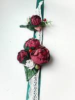 Бутоньерка на руку с пионами цвета марсала, бутоньерка с пионом для жениха.