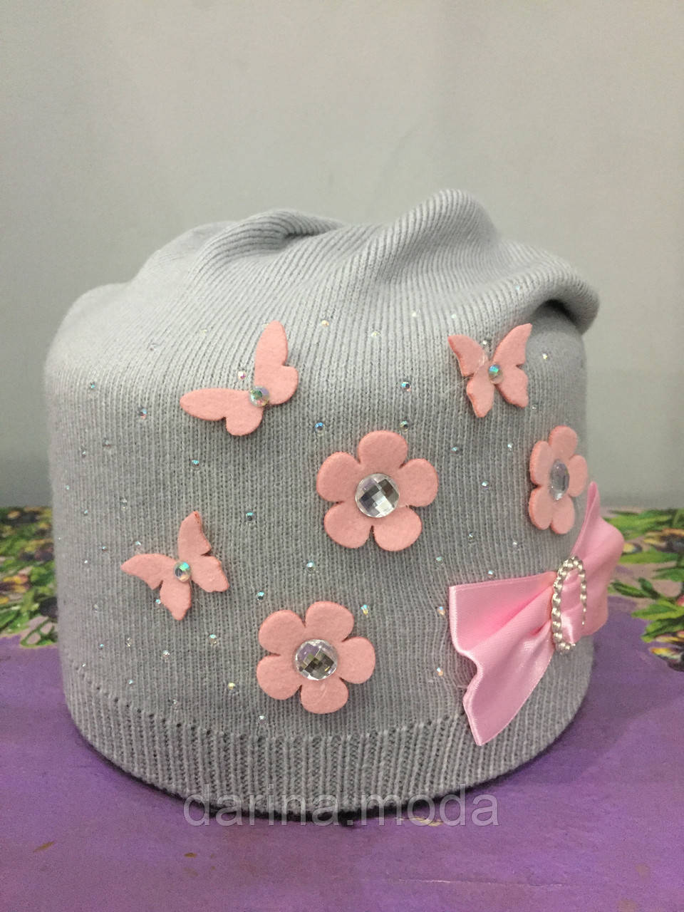 Вязанная шапка с цветами для девочки