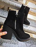 Демисезонные замшевые женские ботинки на толстом каблучке черные