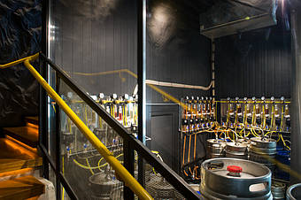 Вид с лестницы через стекло. В самом верху - внутренних блок промышленного кондиционера. Ниже - панели с оборудованием для подачи пива.