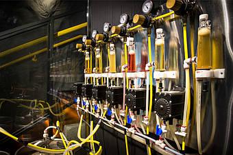 Панель с ФОБ-детекторами, пивными насосами, вторичными редукторами, цветными пивными шлангами, соединенными фитингами John Guest.