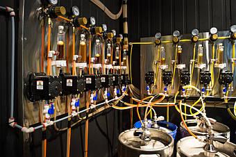 Еще один вид изнутри холодной комнаты на пивное оборудование.