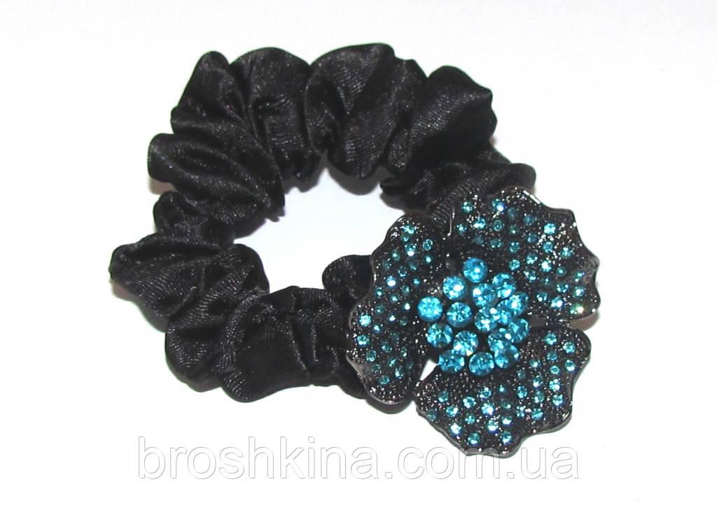 Атласная резинка для волос с цветком в голубых стразах