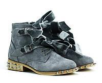 Женские ботинки серые с шипами и лентами