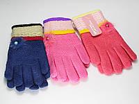 Детские перчатки с бусинкой и перышком.