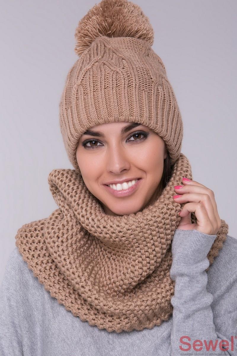 Теплая женская шапка с бубоном