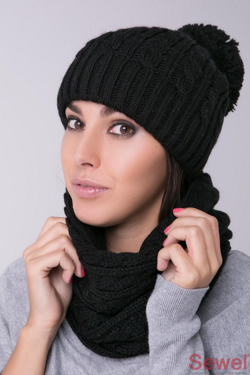 Черная вязаная женская шапка с бубоном