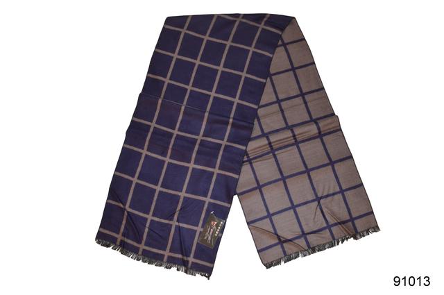 Фото тёмно-синего мужского кашемирового шарфа на осень 2