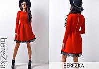 Приталенное красное платье с кружевом