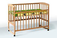 Деревянная кроватка с подвижной боковиной на колесиках 1В21-2