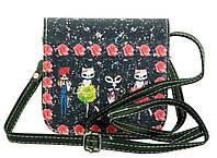 Интересная сумочка с рисунком лисичек, на длинном ремешке из эко кожи TRAUM 7007-08, цвет черный.