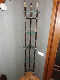 Угловая полочка из стекла и бамбука