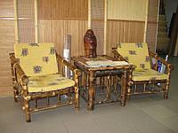 Бамбуковый столик и кресла в интерьере