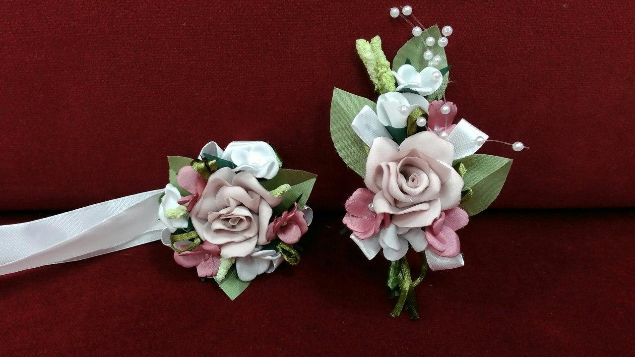 Свадебные бутоньерки из королевского атласа  пудровые с белым и розовым(бутоньерка и цветочный браслет)
