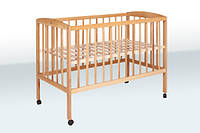 Деревянная кроватка классическая на колесиках 1В24-2