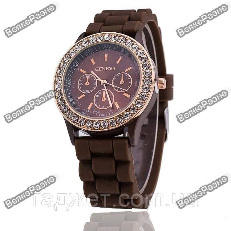 Женские часы Geneva со стразами шоколадного цвета.