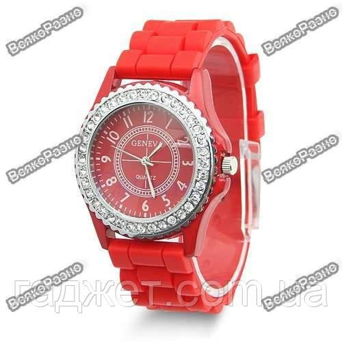 Женские часы Geneva cо стразами красного цвета.
