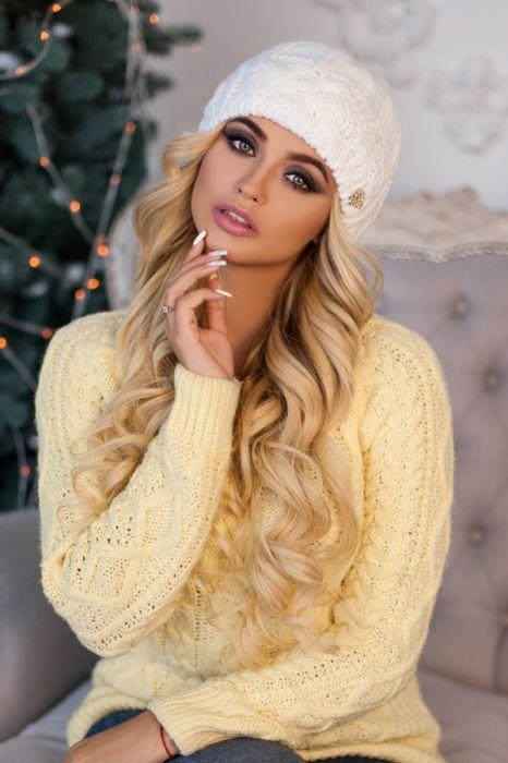 Зимняя женская шапка «Камелия» Белый