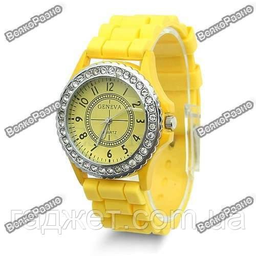 Женские часы Geneva cо стразами желтого цвета.