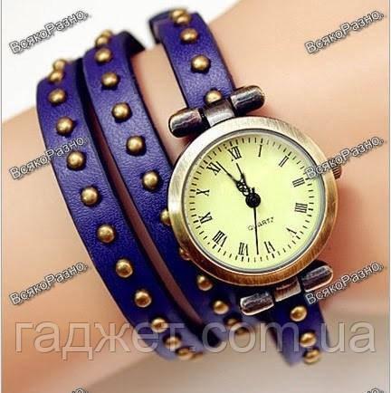 Женские наручные часы-браслет синего цвета.