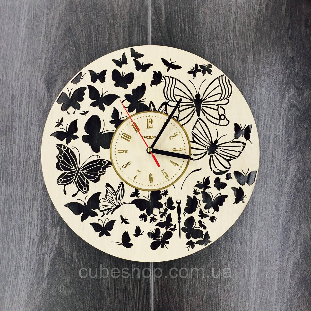 Часы настенные из дерева Полет бабочек
