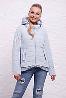 Женская демисезонная серо-голубая куртка на молнии с капюшоном и фактурной удлиненной спинкой Куртка 17-25