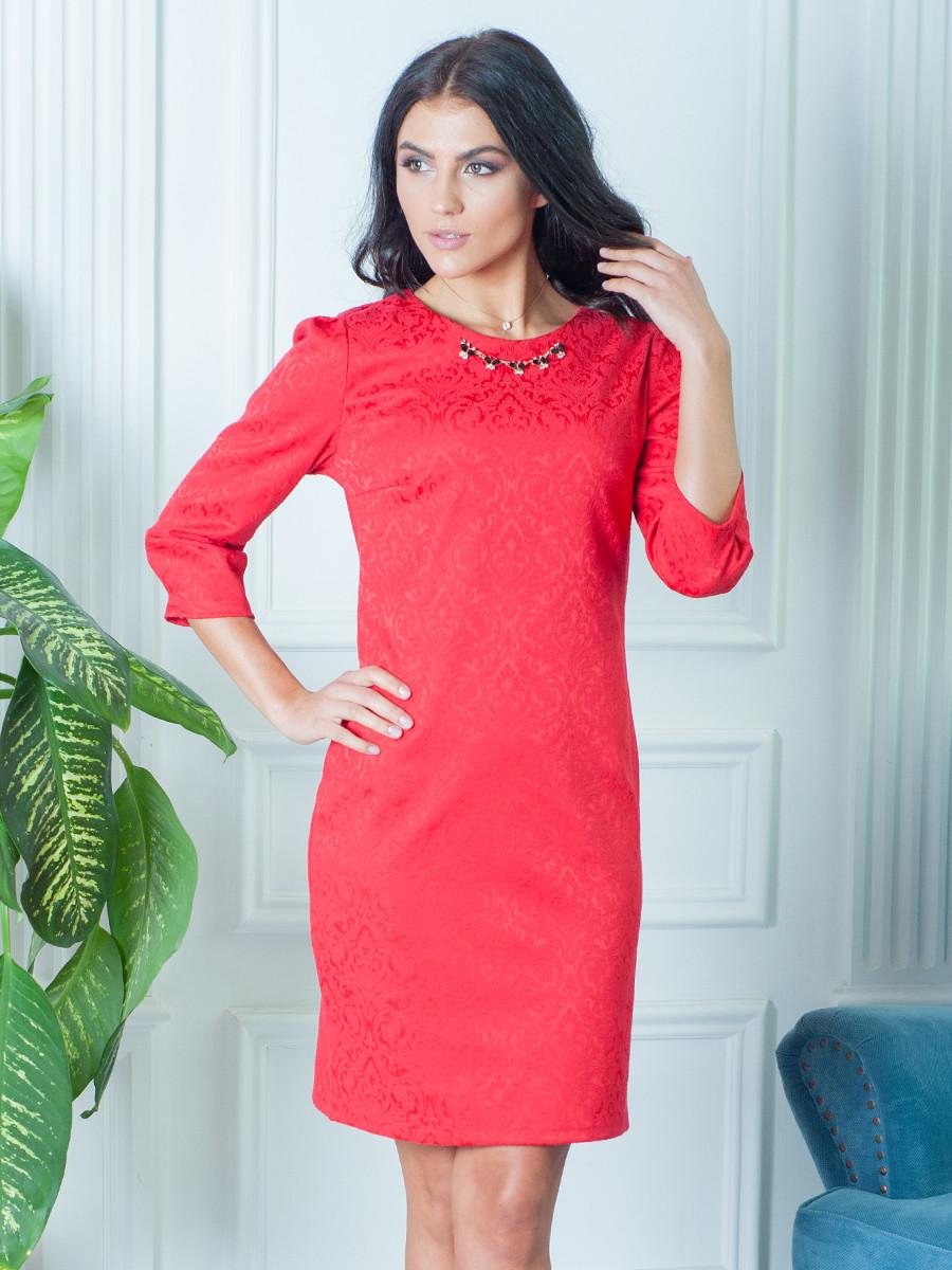 Красное женское платье с украшением