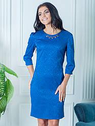 Синее женское платье с украшением по колено