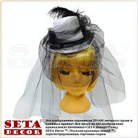 Белая шляпка цилиндр Наездница с чёрным фатином и пером карнавальная на резинке