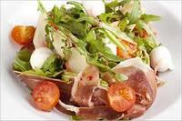 Салат с пармской ветчиной руколой и сыром камамбер