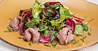 Теплый салат с фунчозы и ростбиф из телятины