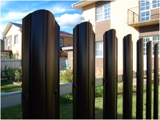 Забор из металлического штакетника с односторонней зашивкой