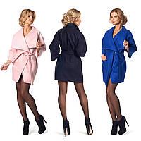 Женское пальто с широким отложным воротником и поясом