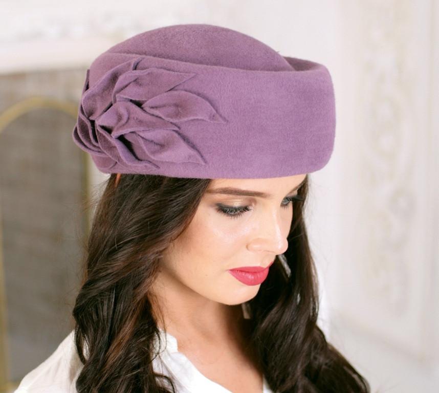 Фетровий капелюх таблетка прикрашена квітковою композицією