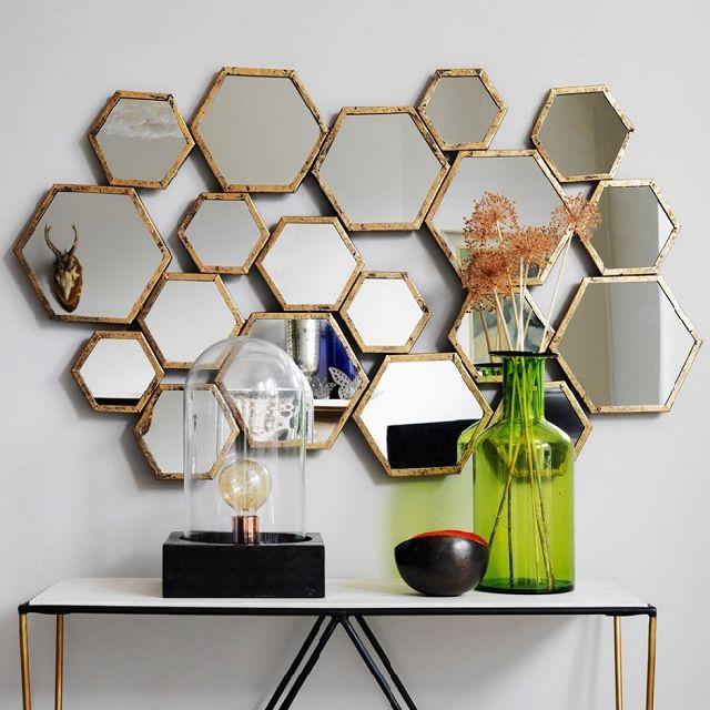 Акриловое зеркало украшенное деревянной рамкой