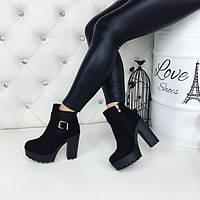 Демисезонные женские ботинки на каблуке из замши