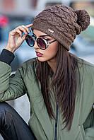 Женская зимняя вязаная шапка с помпоном и узором косичкой