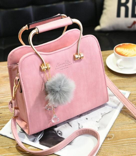 Шикарная каркасная сумка с фигурными ручками и помпоном