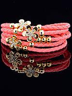 Плетеный браслет кораллового цвета