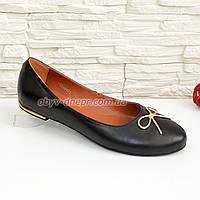 Женские черные туфли из натуральной кожи, декорированные металлическим бантиком