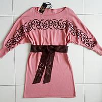 Платье кораллового цвета с поясом и  принтом.Рукав 3/4.