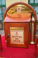 Ящик для пожертв из дерева с колоннами